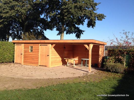 ... tuinhuis met overkapping en brandhoutberging geplaatst te Hardenberg