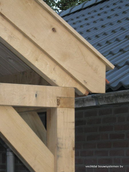 eiken_bijgebouw_(4) - Eikenhouten bijgebouw met veranda en carport geplaatst te Groesbeek.