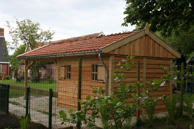 Vechtdalbouwsystemen - Eikenhouten tuinhuis met carport geplaatst in Groningen.