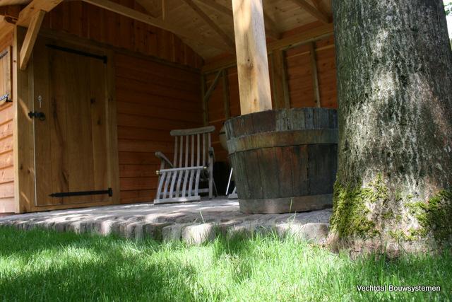 Eiken_tuinhuizen - Luxe eikenhouten tuinhuis met luifel op maat gemaakt.