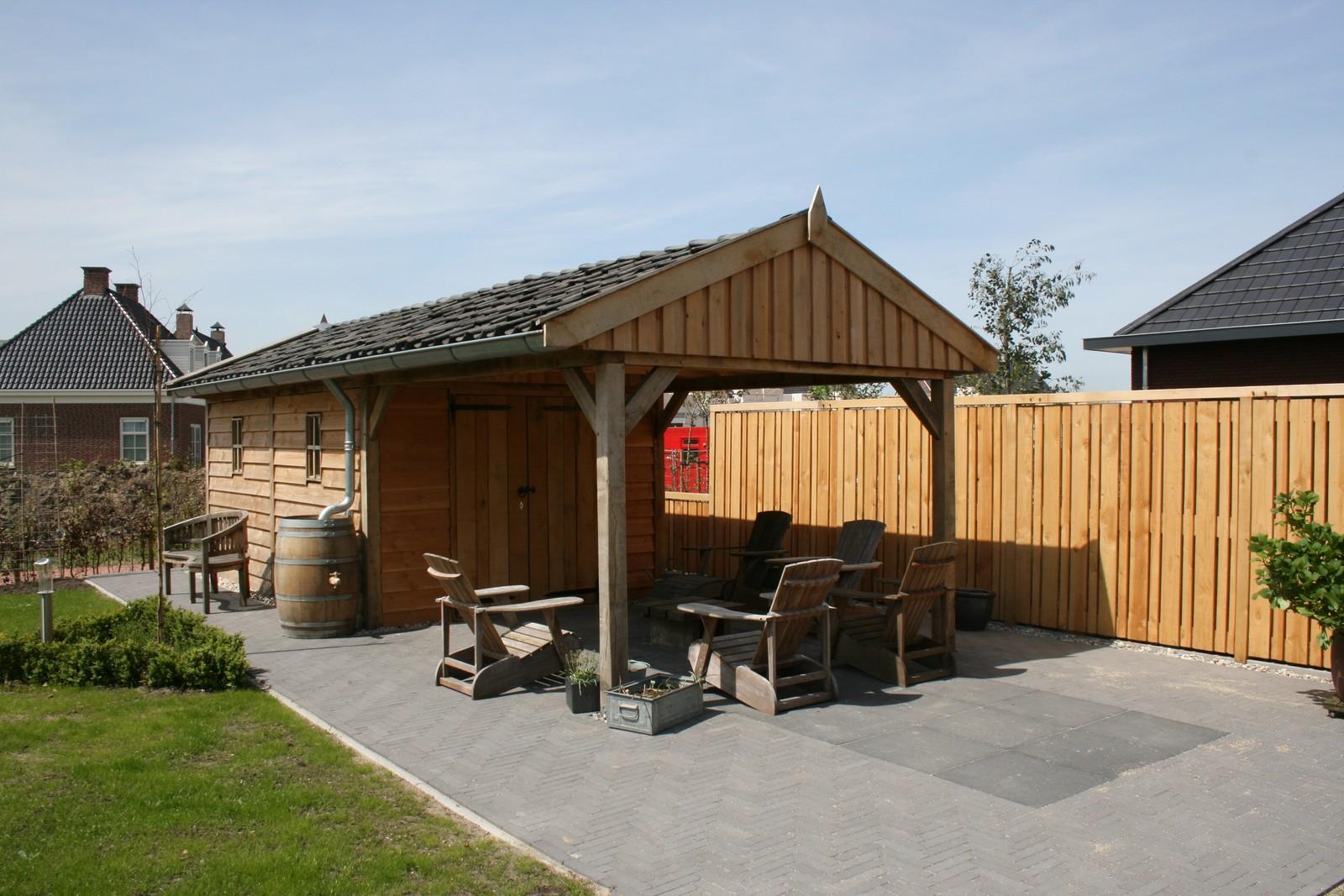 Tuinhuis - Houten garage met grote carport op maat gemaakt.