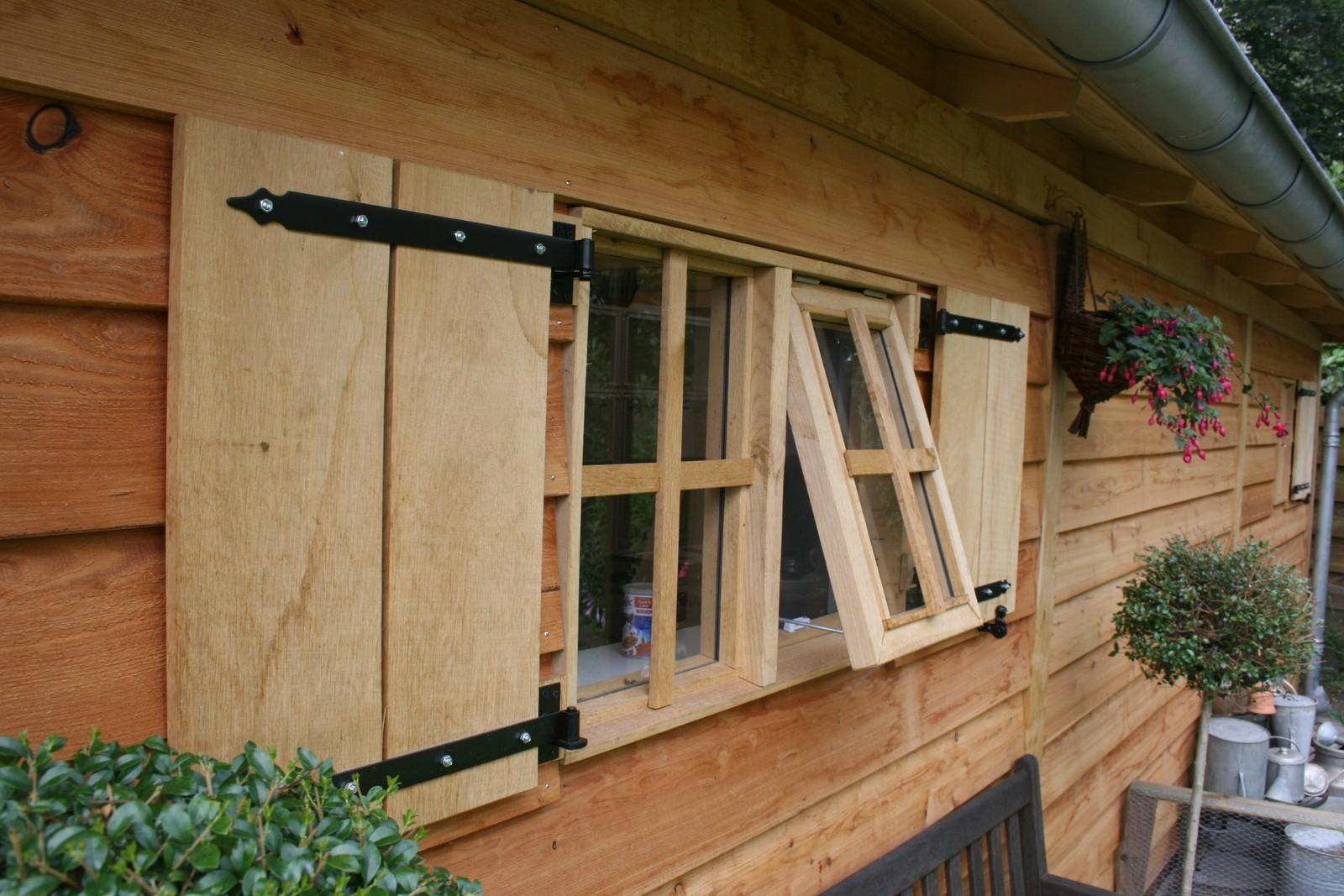 Duurzame_tuinhuis - Houten dierenopvang met overkapping gemaakt van duurzaam eikenhout.