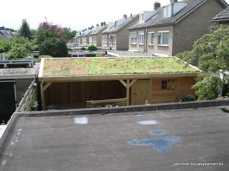 07-Eiken_houten_veranda_met_groendak_(4) - Eikenhouten tuinhuis en overkapping met groendak opgeleverd in Zwolle.