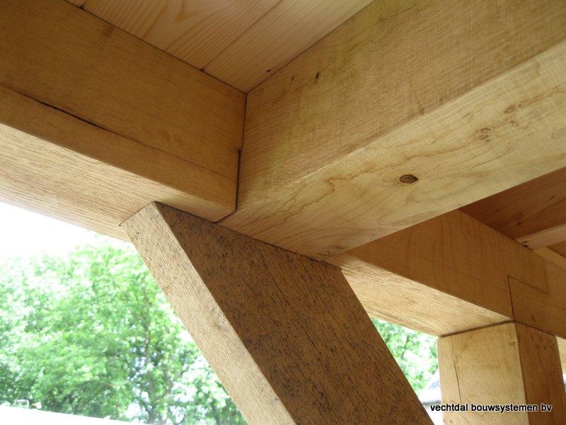 13-Eiken_houten_veranda_met_groendak_(10) - Eikenhouten tuinhuis en overkapping met groendak opgeleverd in Zwolle.
