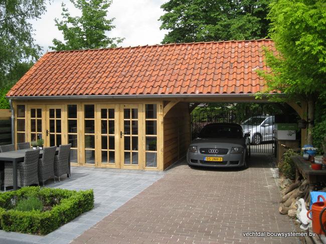 eiken_bijgebouw_(1) - Stijlvolle eiken bijgebouw met carport, met ambachtelijk vakwerkdetails.