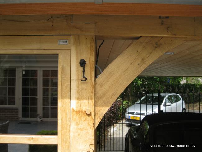 eiken_bijgebouw_(11) - Stijlvolle eiken bijgebouw met carport, met ambachtelijk vakwerkdetails.