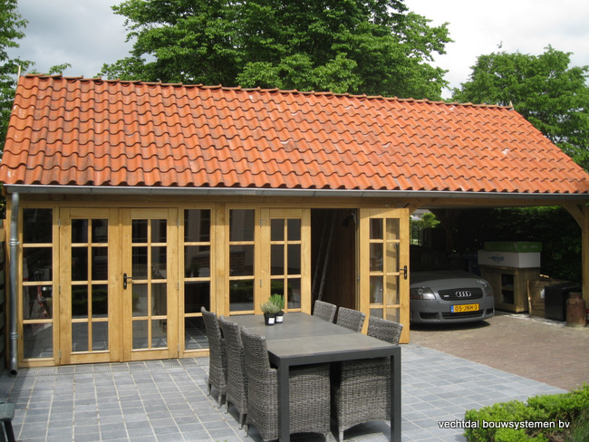 eiken_bijgebouw_(16) - Stijlvolle eiken bijgebouw met carport, met ambachtelijk vakwerkdetails.