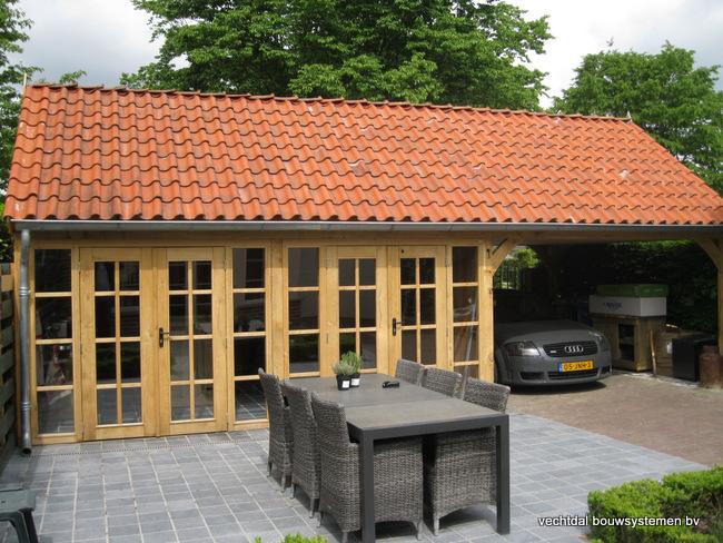 eiken_bijgebouw_(5) - Stijlvolle eiken bijgebouw met carport, met ambachtelijk vakwerkdetails.