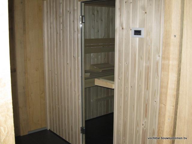 Eikenhouten_bijgebouw_met_sauna_(8) - Eikenhouten bijgebouw met veranda en sauna.