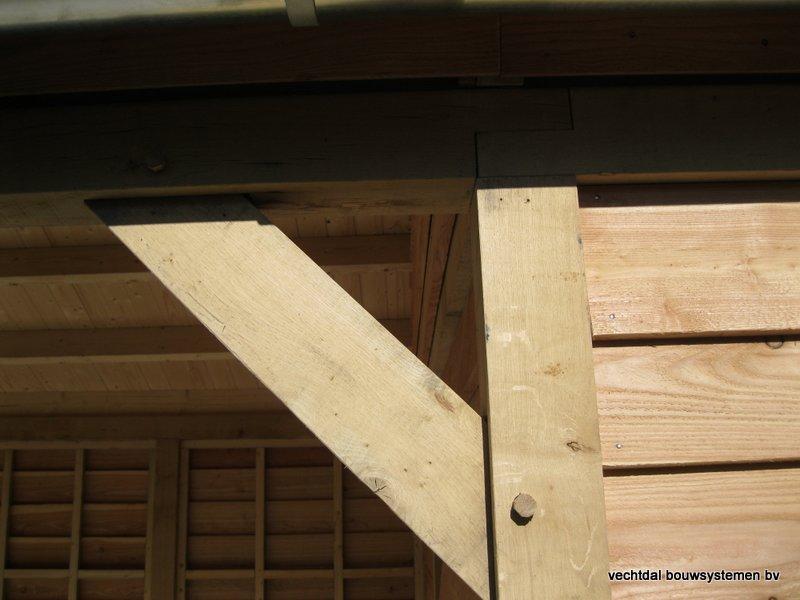 houten_tuinhuis_met_veranda_breskens_(17) - Stijlvolle eikenhouten tuinhuis met veranda geplaatst in Breskens (Zeeland).