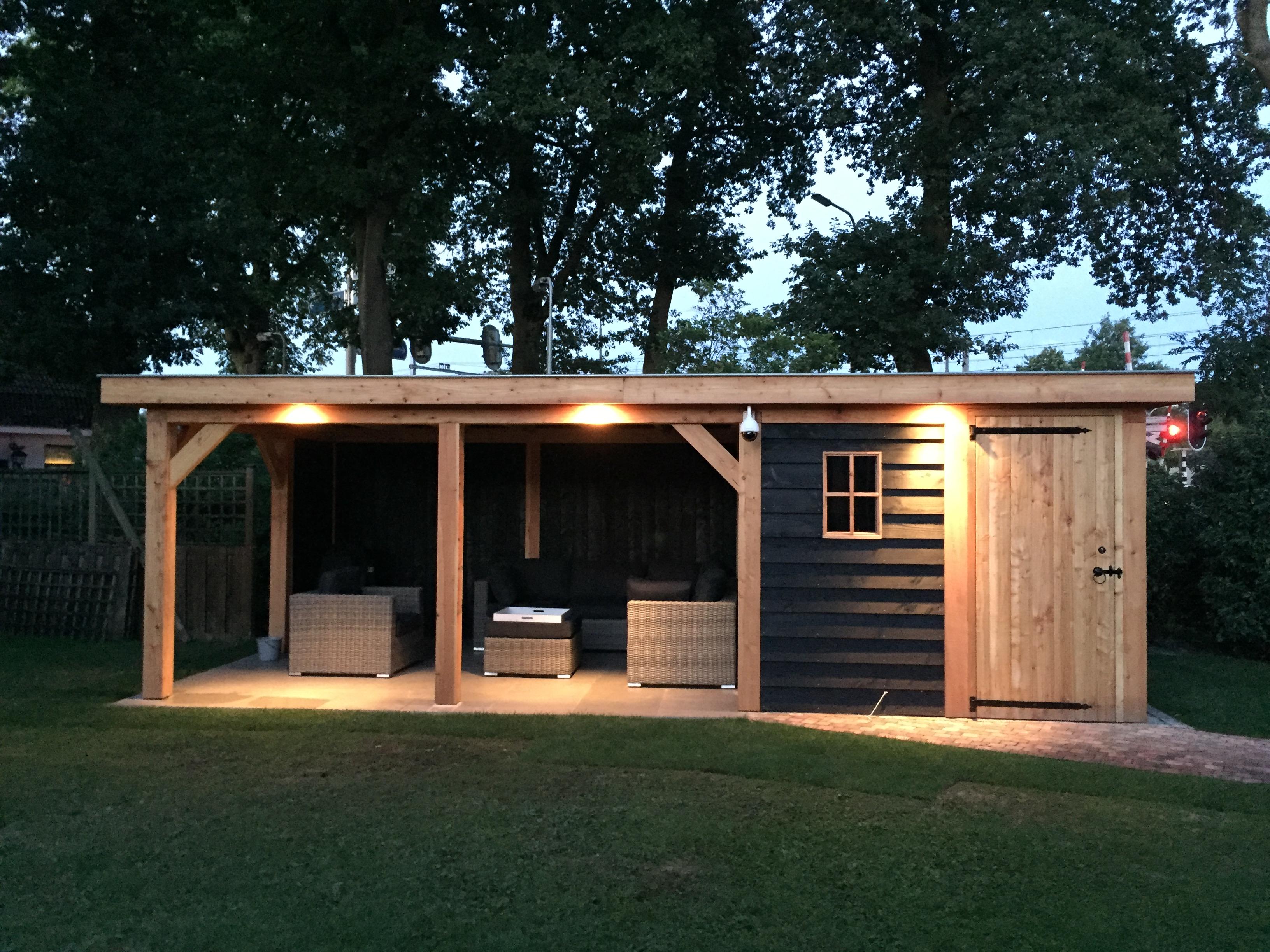 veranda_platdak_(4) - Sfeervol genieten van de zomer onder een stijlvolle houten overkapping.
