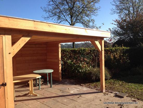 2-larikshouten_tuinhuis_met_overkapping__(2) - Houten tuinhuis met overkapping en brandhoutberging geplaatst te Hardenberg.