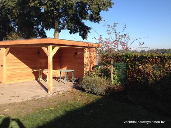 3-larikshouten_tuinhuis_met_overkapping__(3) - Houten tuinhuis met overkapping en brandhoutberging geplaatst te Hardenberg.