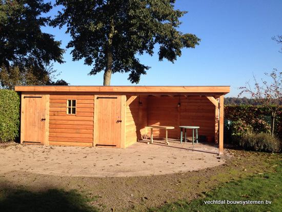 6-larikshouten_tuinhuis_met_overkapping__(6) - Houten tuinhuis met overkapping en brandhoutberging geplaatst te Hardenberg.