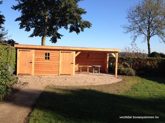 7-larikshouten_tuinhuis_met_overkapping__(7) - Houten tuinhuis met overkapping en brandhoutberging geplaatst te Hardenberg.