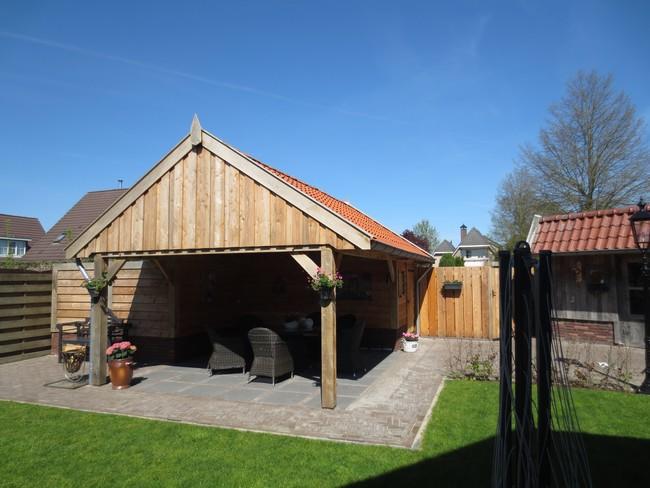 houten_schuur_(1) - Eiken houten kapschuur met veranda op maat gemaakt.