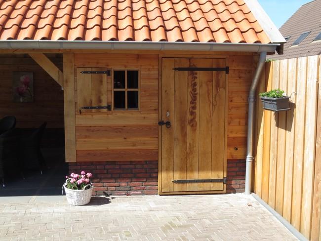 houten_schuur_(2) - Eiken houten kapschuur met veranda op maat gemaakt.