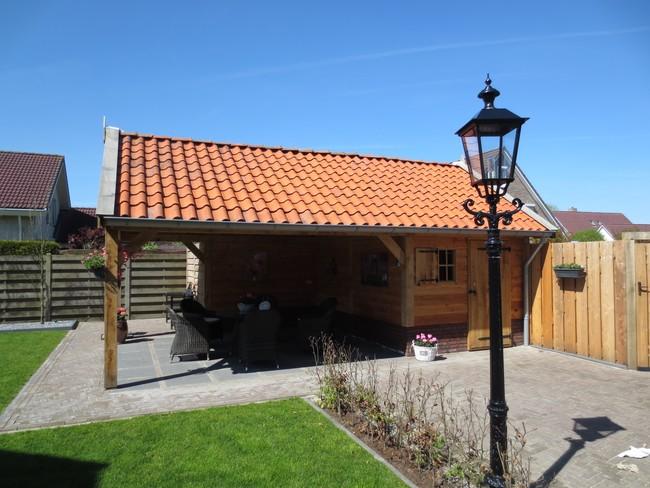 houten_schuur_(4) - Eiken houten kapschuur met veranda op maat gemaakt.