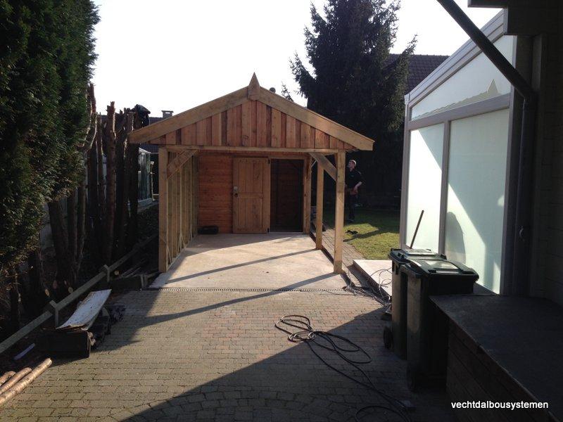 Houten_tuinhuis_met_carport_(1)-001 - Robuust eikenhouten tuinhuis met carport opgeleverd in België
