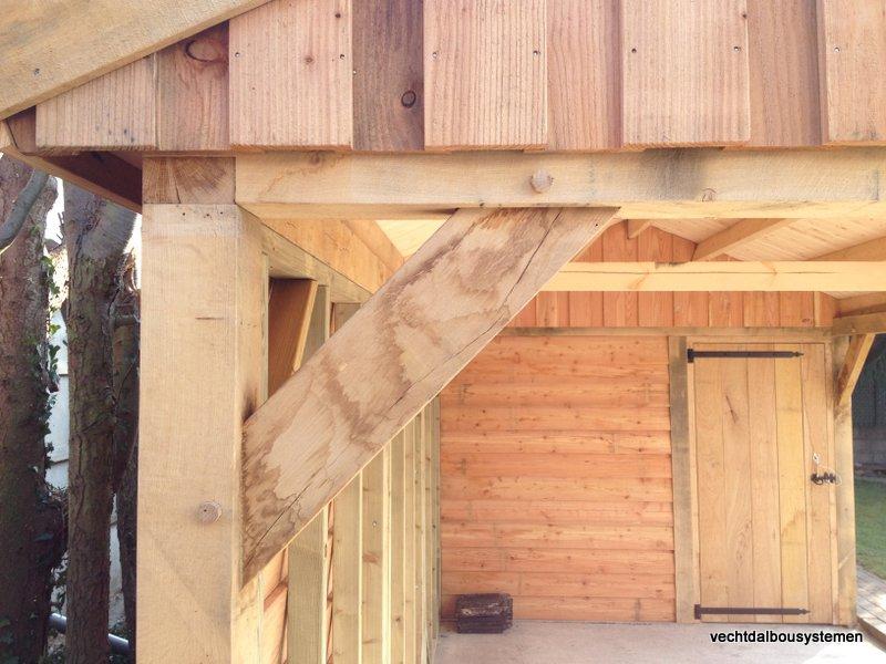 Houten_tuinhuis_met_carport_(14)-001 - Robuust eikenhouten tuinhuis met carport opgeleverd in België