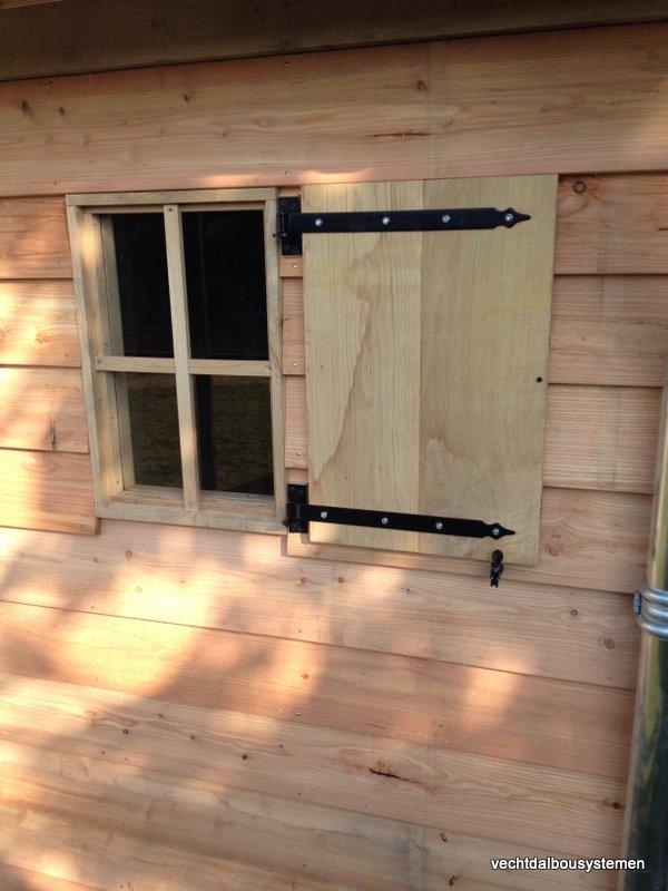 Houten_tuinhuis_met_carport_(16)-001 - Robuust eikenhouten tuinhuis met carport opgeleverd in België