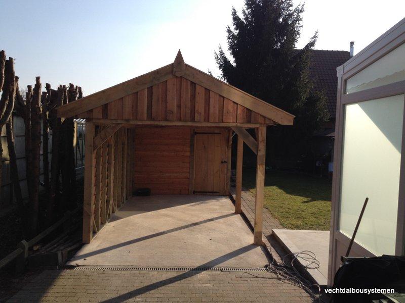 Houten_tuinhuis_met_carport_(17)-001 - Robuust eikenhouten tuinhuis met carport opgeleverd in België