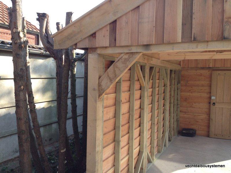 Houten_tuinhuis_met_carport_(2)-001 - Robuust eikenhouten tuinhuis met carport opgeleverd in België