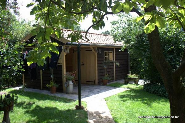 05-houten_tuinhuis_met_luifel_(3) - Nostalgische houten tuinhuis met luifel op maat gemaakt.