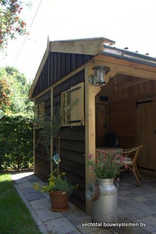 06-houten_tuinhuis_met_luifel_(4) - Nostalgische houten tuinhuis met luifel op maat gemaakt.