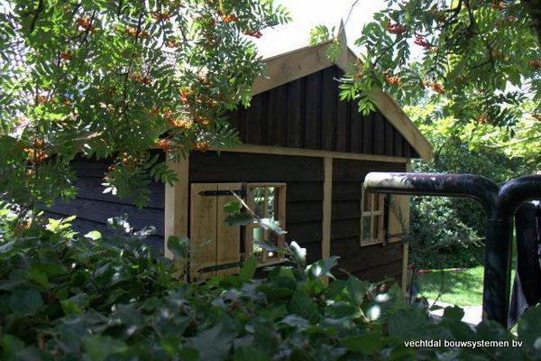 07-houten_tuinhuis_met_luifel_(6) - Nostalgische houten tuinhuis met luifel op maat gemaakt.