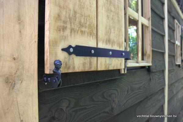 08-houten_tuinhuis_met_luifel_(8) - Nostalgische houten tuinhuis met luifel op maat gemaakt.