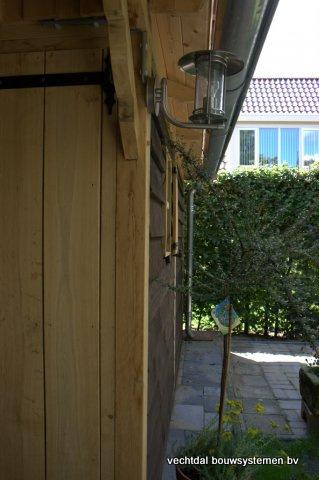09-houten_tuinhuis_met_luifel_(9) - Nostalgische houten tuinhuis met luifel op maat gemaakt.