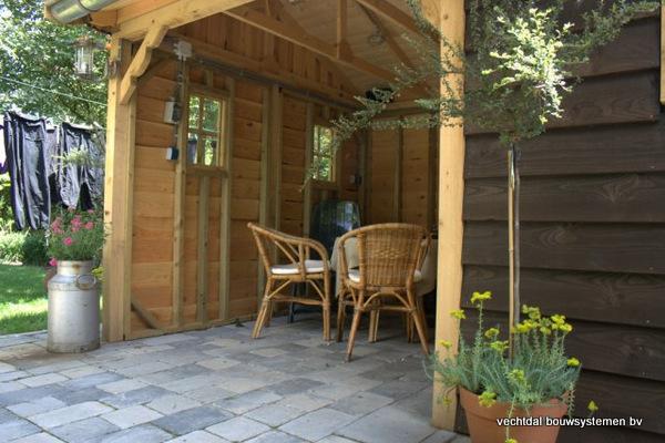 10-houten_tuinhuis_met_luifel_(10) - Nostalgische houten tuinhuis met luifel op maat gemaakt.