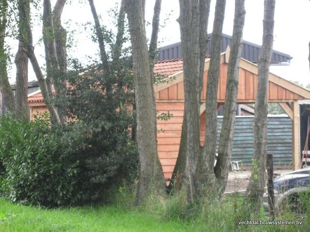 Eikenhouten_tuinhuis_met_veranda_Hardenberg_(1) - Stijlvolle houten tuinhuis met overkapping geplaatst in Hardenberg.