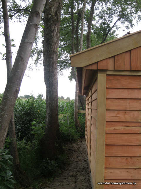 Eikenhouten_tuinhuis_met_veranda_Hardenberg_(13) - Stijlvolle houten tuinhuis met overkapping geplaatst in Hardenberg.