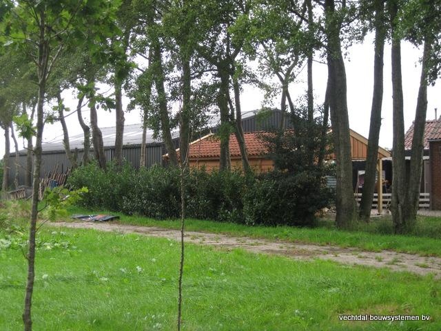 Eikenhouten_tuinhuis_met_veranda_Hardenberg_(2) - Stijlvolle houten tuinhuis met overkapping geplaatst in Hardenberg.