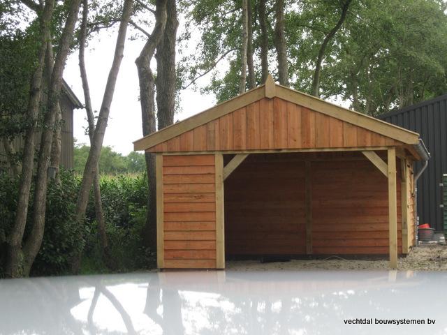 Eikenhouten_tuinhuis_met_veranda_Hardenberg_(4) - Stijlvolle houten tuinhuis met overkapping geplaatst in Hardenberg.