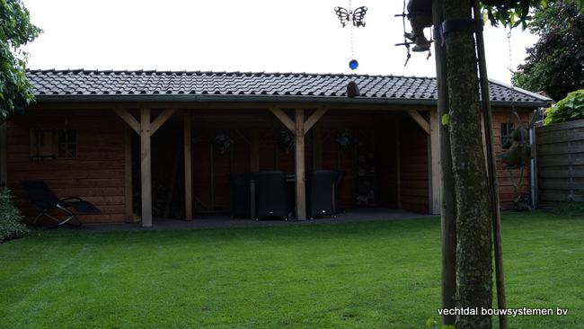 Houten_tuinhuis_met_veranda_(7) - Robuust eikenhouten tuinhuis met veranda geplaatst in Den Ham.
