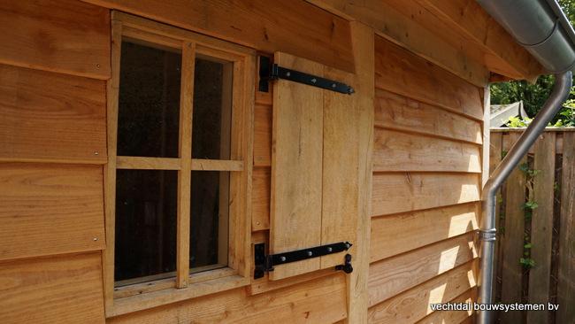 Houten_tuinhuis_met_veranda_Hengelo_(3) - Stijlvol eindresultaat eikenhouten tuinhuis met veranda te Hengelo