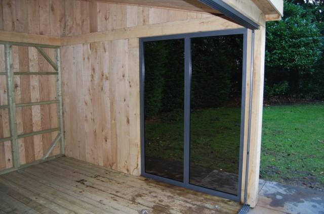 eikenhoutenbijgebouw_met_wellness_(8) - Eikenhouten bijgebouw met carport. Ingericht met luxe wellness/relaxruimte.