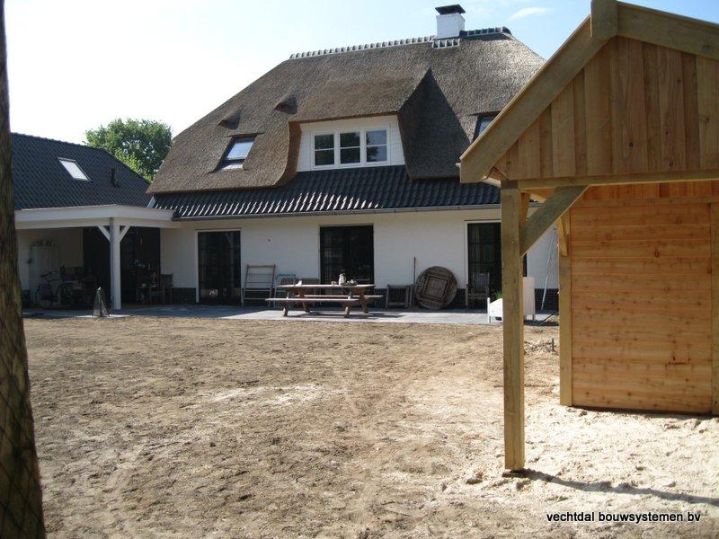 houten_kapschuur_met_overkapping_(5) - Stijlvolle houten kapschuur met overkapping opgeleverd in Wijchen.