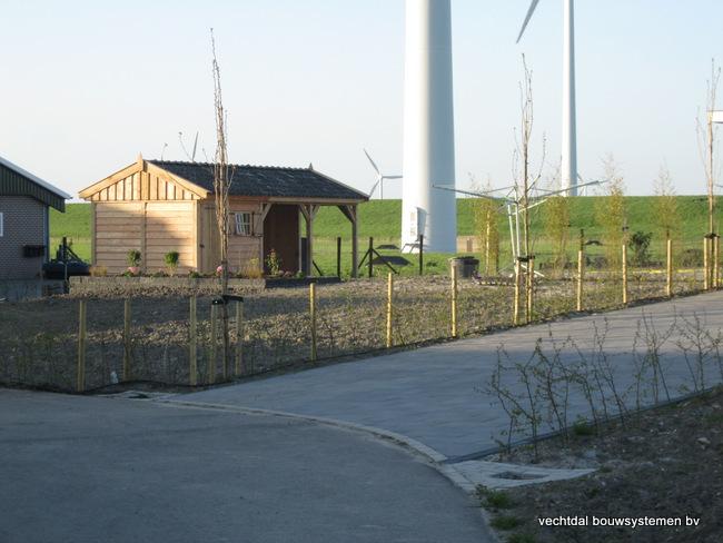 houten_tuinhuis_(3) - Stijlvolle eikenhouten tuinhuis met overkapping geplaatst in Zeewolde.