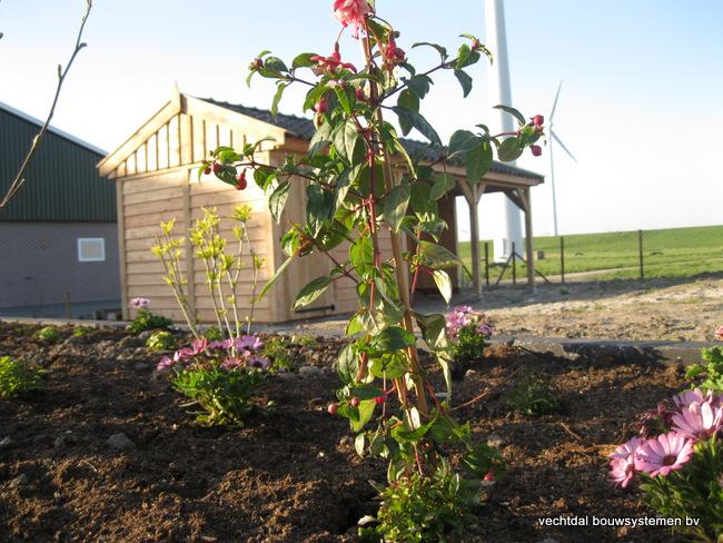 houten_tuinhuis_(5) - Stijlvolle eikenhouten tuinhuis met overkapping geplaatst in Zeewolde.
