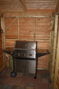 eiken-tuinkamer-8-200x300 - Sfeervol houten schuur met overkapping.