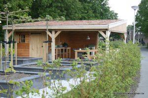 houten-overkapping-met-Groendak-1-1-300x200 - Met een houten tuinkamer kunt u optimaal genieten van het gezonde buitenleven.