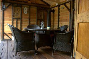 eiken-tuinkamer-5-300x200 - Sfeervol houten schuur met overkapping.