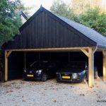 Klassiek houten schuur met carport geplaatst in Baarn.