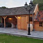 Luxe houten bijgebouw met riante tuinkamer.