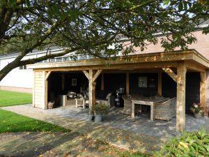 Houten-overkapping-2-min-300x225 - Met een houten tuinkamer kunt u optimaal genieten van het gezonde buitenleven.
