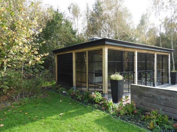 houten-tuinkamer-1-600x450 - Houten tuinkamer met stalen kozijnen.